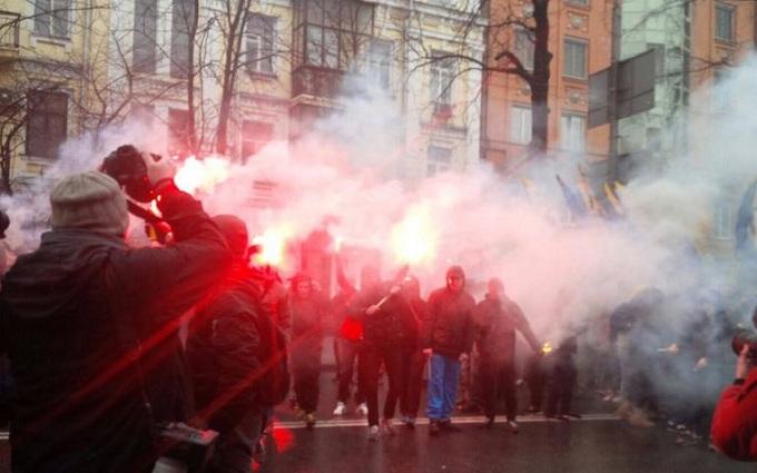 """Активисты """"Азова"""" устроили пикет СБУ и зажгли фаеры: опубликовано видео"""