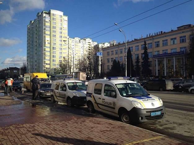 В Киеве произошло вооруженное ограбление банка: появились фото с места событий (1)