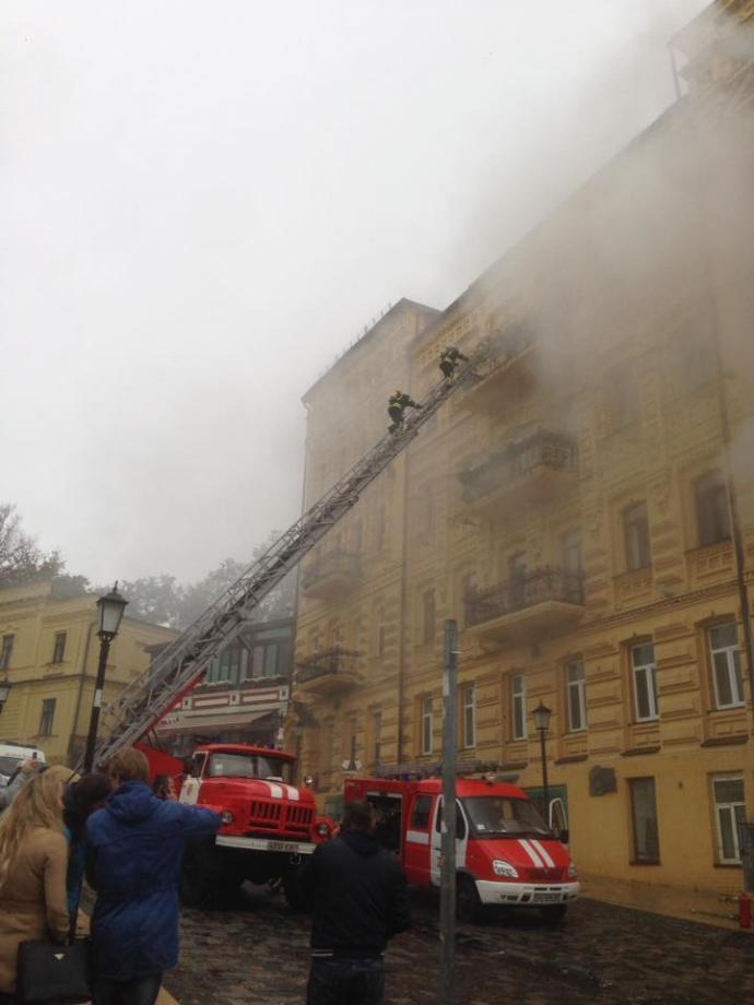 У легендарному місці Києва спалахнув старовинний особняк: з'явилися фото (1)