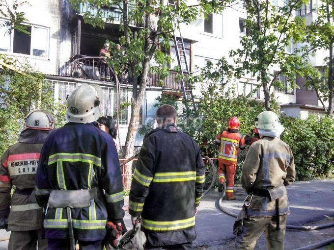 У Києві через недопалок згоріло три квартири: з'явилися фото (1)