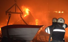 Вночі у Миколаєві вщент згорів цех із виробництва яхт: з'явилися фото та відео