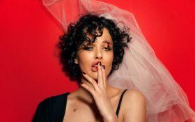 У фаті та з побитим обличчям: Астаф'єва випустила сольну пісню
