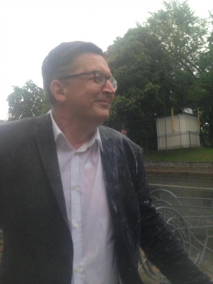 Російського блогера облили кефіром у Києві: опубліковані фото (1)