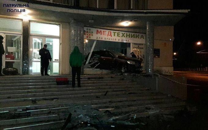 В Одессе Mercedes въехал магазин, уходя от погони: опубликовано фото