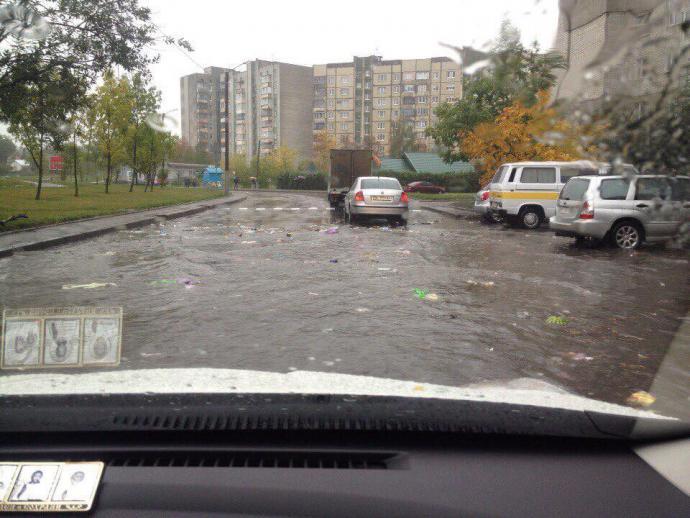 Через зливи у Львові пливе сміття: опубліковані фото (1)
