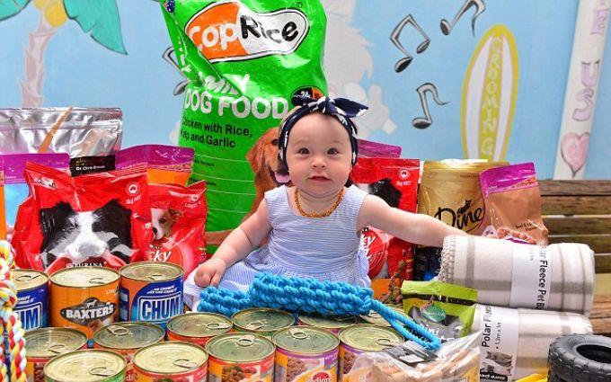 Родители подарили дочке на первый день рождения корм для бездомных животных: опубликовано фото