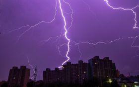 Страшно, але красиво: в мережі з'явилися яскраві фото та відео нічної грози в Києві
