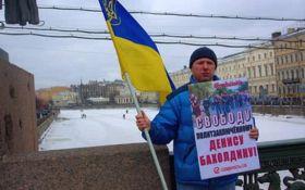 В Санкт-Петербурге избили активиста с украинским флагом: появились фото и видео