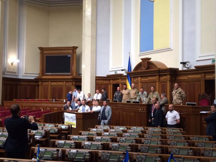 Нардепи від коаліції перехопили трибуну Ради: опубліковано фото (1)