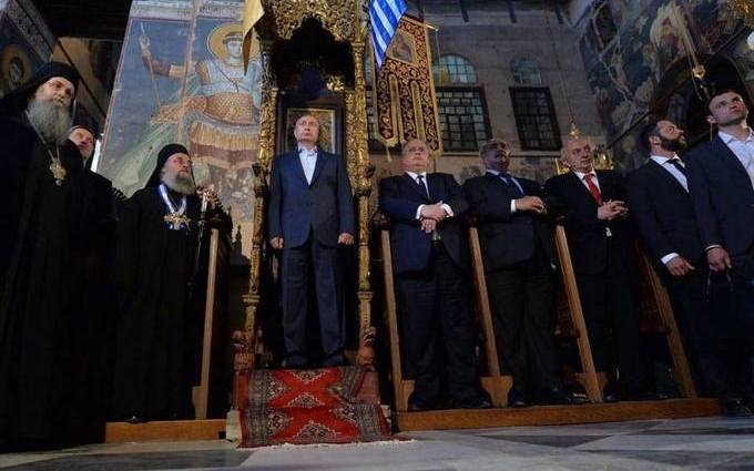 Закопують: в мережі продовжують висміювати фото Путіна на троні