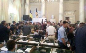 У будівлю Львівської облради увірвалася сотня молодиків - ЗМІ