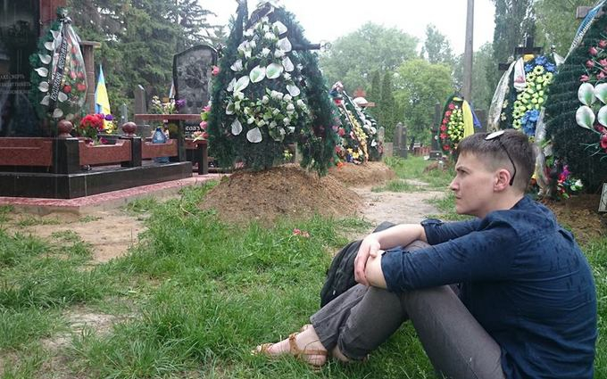 Савченко прийшла на могили загиблих друзів: з'явилися фото