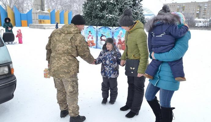 Офицеры гражданско-военного сотрудничества на Луганщине поздравили детей зоны АТО с Рождеством (6 фото)