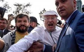 Ти будеш стікати кров'ю: Жириновський вдарив людину на акції протесту в РФ