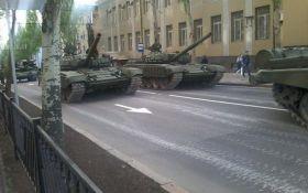 """Готовятся к """"выборам"""": боевики массово стягивают танки и тяжелую артиллерию в Донецк"""