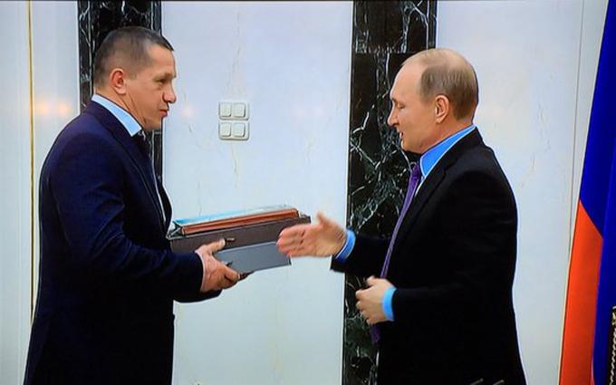 """Путин вручил подарок чиновнику, который """"играл бицепсом"""" перед Порошенко"""