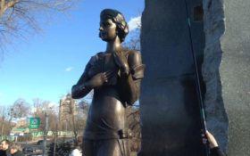 У Києві вандали поглумилися над пам'ятником відомій українці: опубліковано фото
