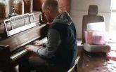 Трогательная мелодия: мужчина сыграл на фортепиано в затопленном доме после урагана Харви