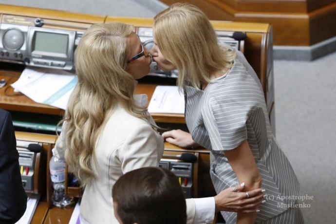 Тимошенко в Раді оригінально привіталася з колегою: з'явилося фото (1)