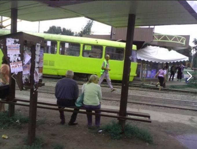 В Харькове трамвай протаранил киоск: опубликованы фото (1)