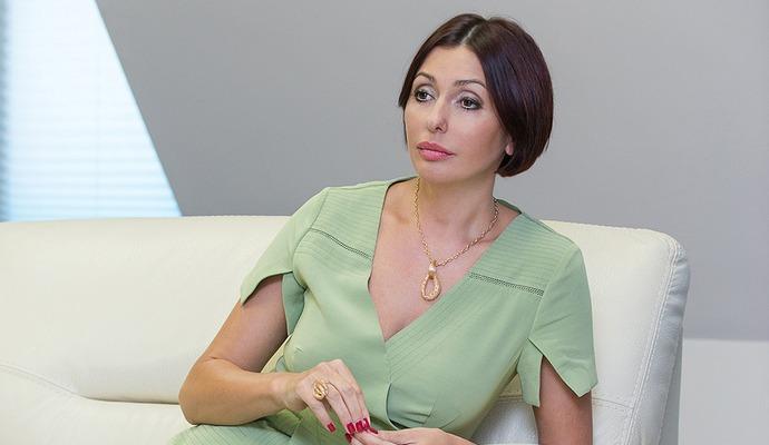 Жену главы правительства оштрафовали за телефонные разговоры за рулем