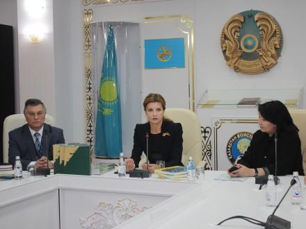 Дружина Порошенка зустрілася з українською громадою Казахстану