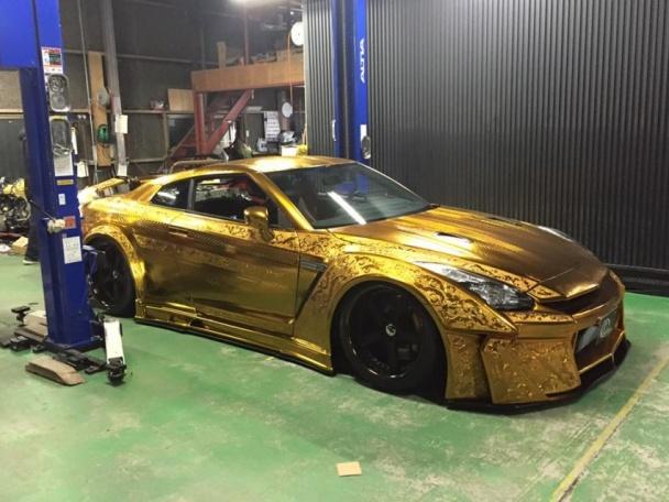 Nissan GT-R получил гравированный золотой кузов (24 фото, видео)