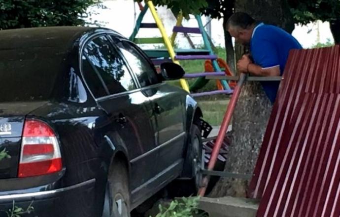 В Ужгороді п'яний на авто влетів у дитячий садок: з'явилися фото і відео (1)