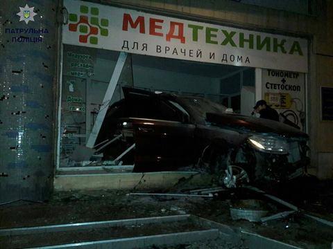 В Одессе Mercedes въехал магазин, уходя от погони: опубликовано фото (1)