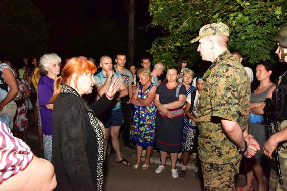 На Донбасі натовп людей заблокував колону АТО: з'явилися фото (1)