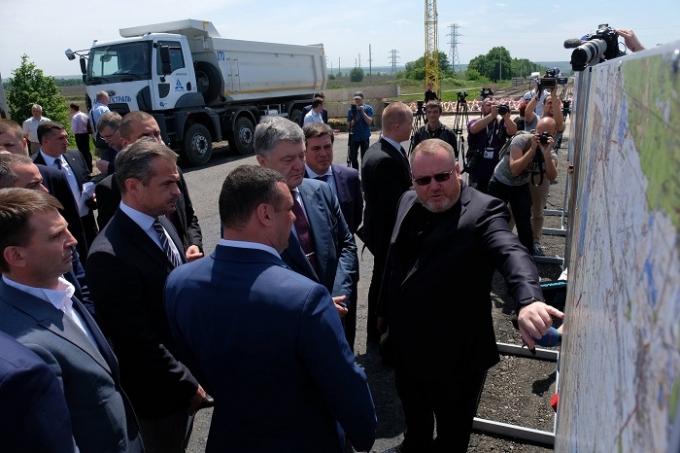 Масштабный ремонт дорог в Днепропетровской области стал возможным благодаря децентрализации, - Порошенко (1)
