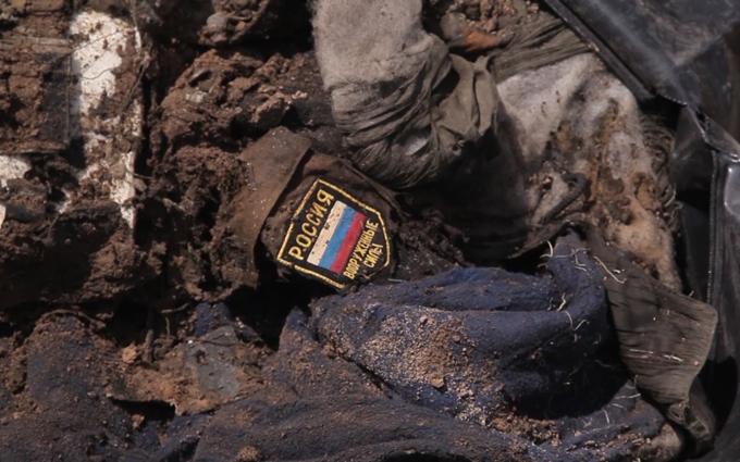 На Донбасі знайдені тіла з шевронами військ Росії: з'явилися фото