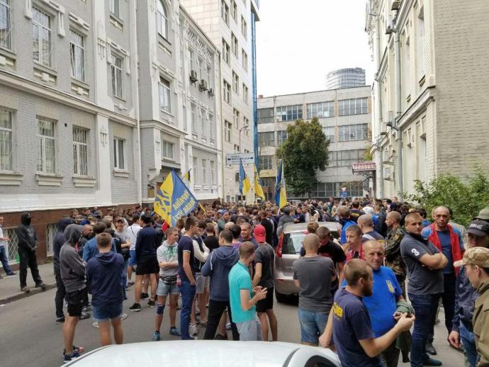 У центрі Києва Азов влаштував пікет з фаєрами: опубліковані фото і відео (1)
