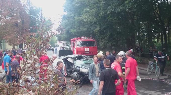 У страшній ДТП на Прикарпатті авто розірвало на частини: опубліковані фото (1)