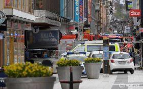 Теракт в Стокгольме: грузовик, который врезался в толпу, угнали у водителя, появилось новое видео