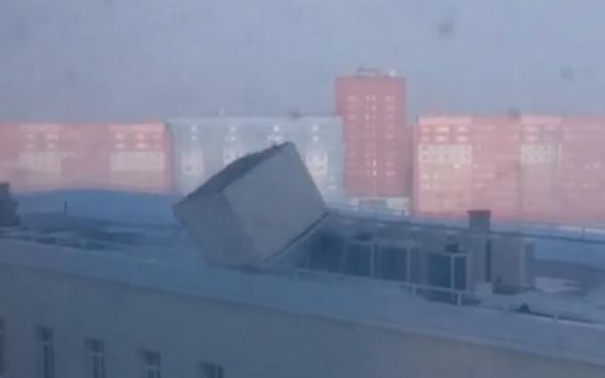 Появилось видео урагана в России: ветер сносит людей и двигает самолеты