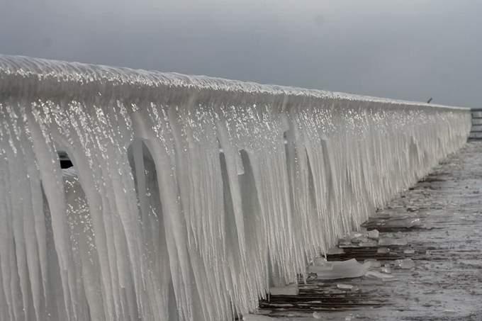 Пляжи Одессы после шторма украсили удивительные сосульки: появились фото и видео (3)