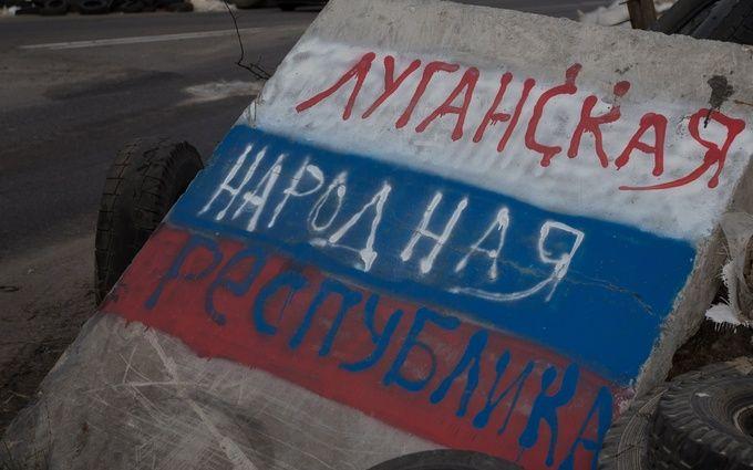 """У підконтрольному бойовикам місті на Донбасі спалили прапор """"ЛНР"""": з'явилося відео"""
