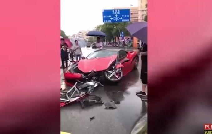 В Китае женщина за несколько минут разбила новый Ferrari: появилось шокирующее видео