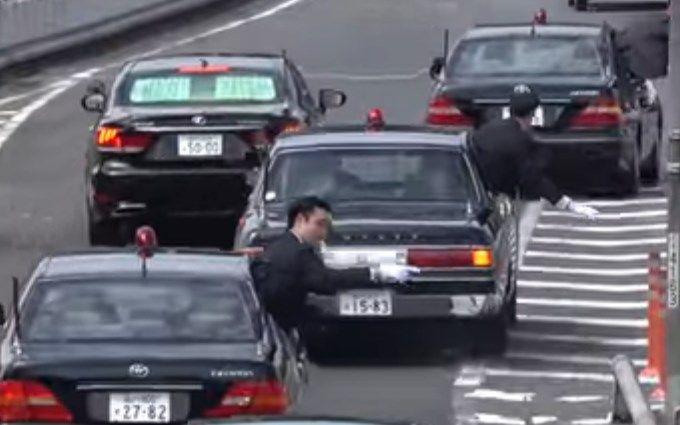 Ввічливий кортеж японського прем'єра вразив мережу: опубліковано відео