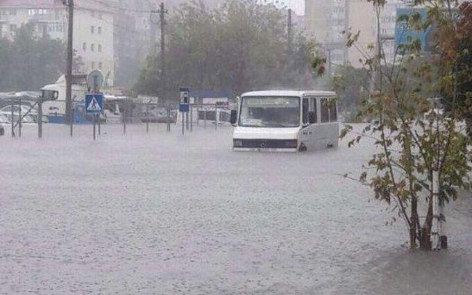 Потужна злива затопила Одесу: з'явилися фото і відео