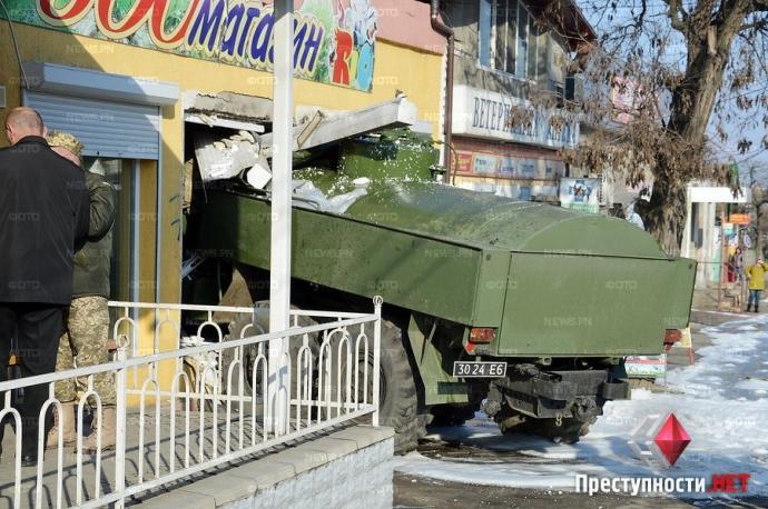 В Николаеве произошло смертельное ДТП с военным бензовозом: появились фото и видео (6)