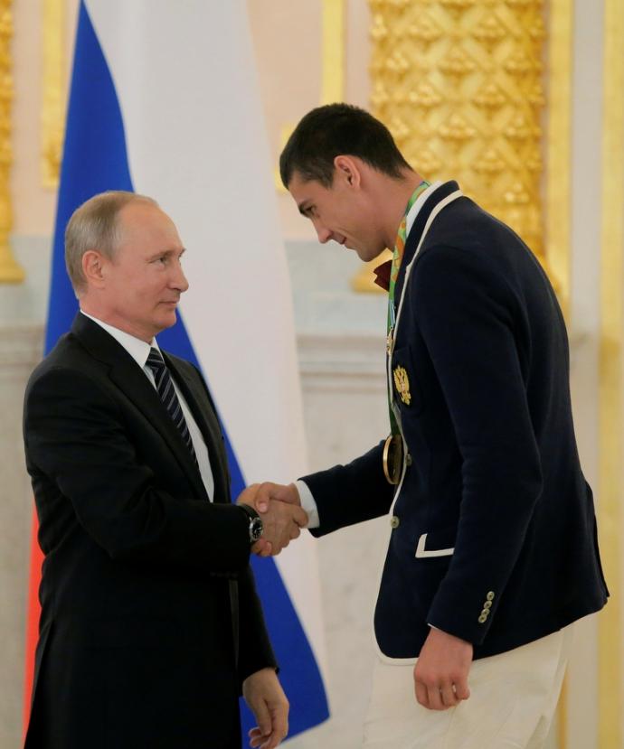 Путін шокував поглядом, торкаючись до грудей чемпіонки: опубліковано фото (4)