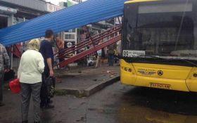 В Киеве автобус снес остановку с людьми: появились фото