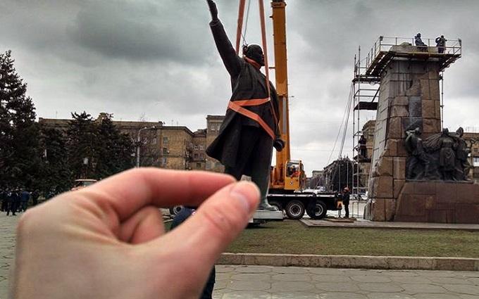 В Запорожье таки снесли Ленина: опубликованы фото и видео
