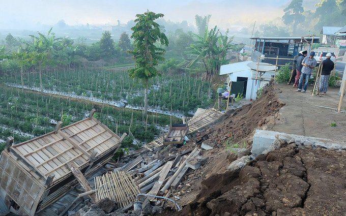 На Индонезию обрушилось мощное землетрясение, много погибших: появились фото и видео