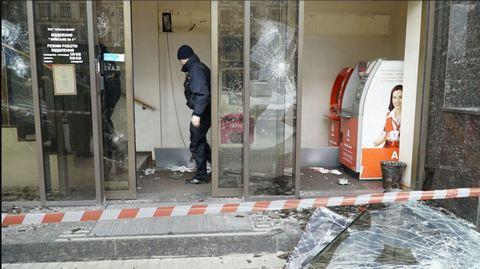 В Киеве забросали камнями российские банки: опубликованы фото (4)