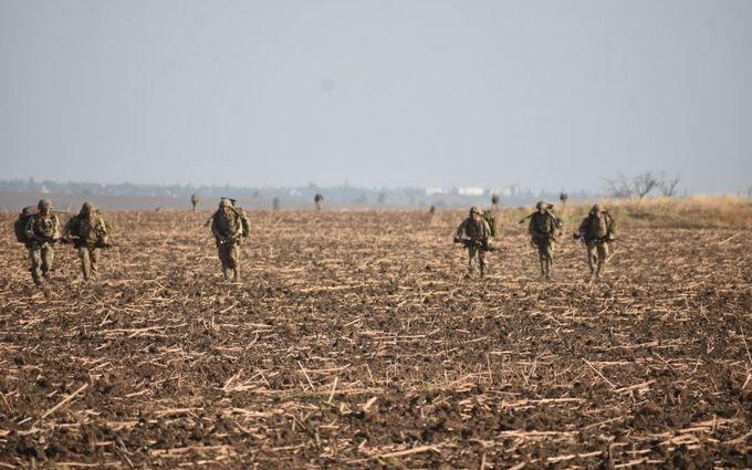 В Україні терміново стягують військових до кордону з Кримом - що відбувається
