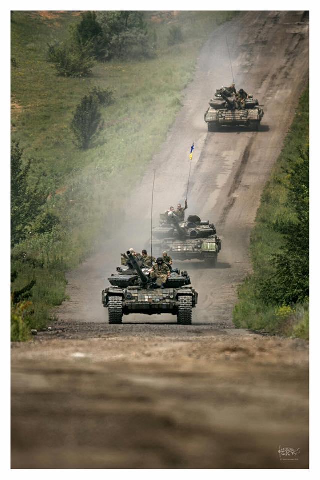 Танки війни: герой недавнього скандалу виклав нові яскраві фото з Донбасу (2)