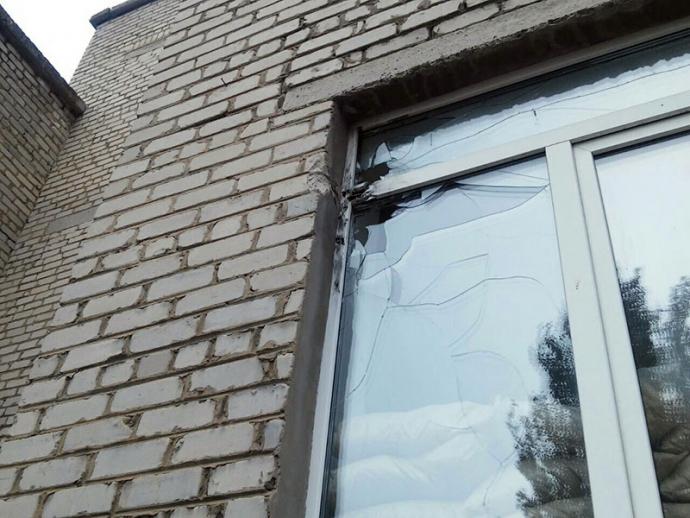 Бойовики ДНР обстріляли школу: з'явилися фото з місця подій (1)